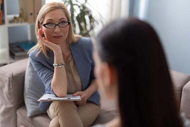 woman and therapist discuss benefiting from individualized care